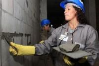 Projeto de profissionalização na construção civil muda a vida de mulheres no Rio