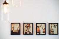 Sobre os móveis ou na parede, decore com porta-retratos
